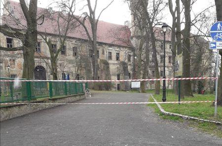 zamknięte wejście do parku w Głogówku